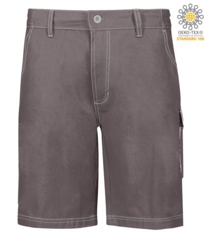 Bermuda Shorts mit mehreren Taschen und kontrastierender Naht. Farbe: grau