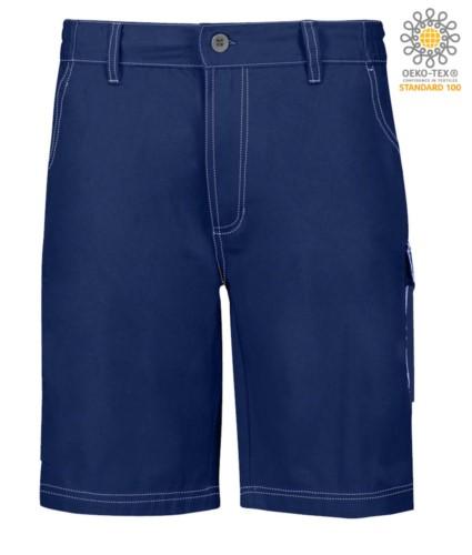 Bermuda Shorts mit mehreren Taschen und kontrastierender Naht. Farbe: Marineblau
