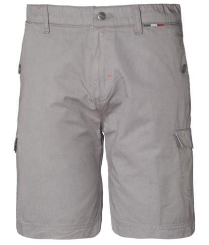 Bermuda Shorts aus Baumwolle mit mehreren Taschen, italienische Flaggendetails an der Taille, Farbe graue