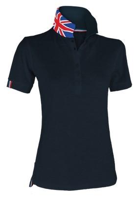 Damen Kurzarm Polohemd aus Baumwollpiquet, Kragen mit kontrastierendem dreifarbigem Muster, sichtbar auf dem Stehkragen. Farbe Marineblau / Grossbritanien