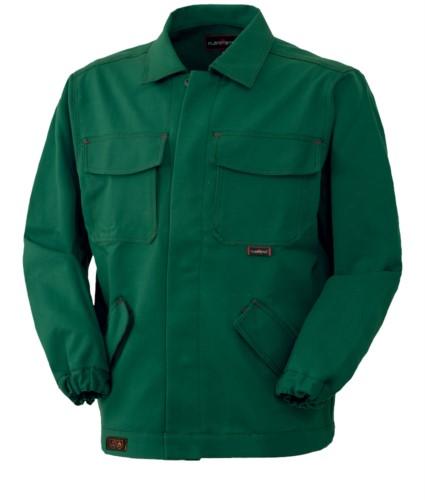 Feuerfeste Jacke, verdeckter Knopfverschluss, geschlossener Kragen, zwei Taschen und zwei Taschen, Farbe gruen. CE-zertifiziert, EN 11611, EN 11612:2009