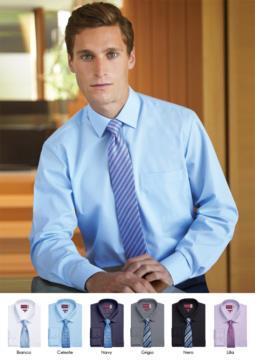 Elegantes Herrenhemd fuer elegante Arbeitsuniform. Polyestergewebe, Baumwolle und Elasthan, buegelleicht. Weisser Senkkragen.