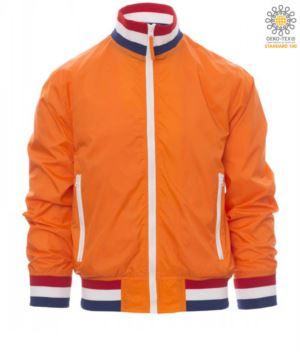 Ungepolsterte Damenjacke aus Nylon mit Drytech-Gewebe; Kragen, Manschetten und Taille aus Rippstrick mit Fahnenfarben. Orange mit Niederlande Flagge