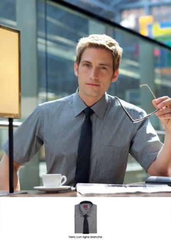 Kurzarm-Shirt aus Polyester und Baumwollgewebe, mit charakteristischem Buegelgenuss. Klassischer Schnitt. Ideal fuer Traeger-, Hotel- und Rezeptionistenuniformen.