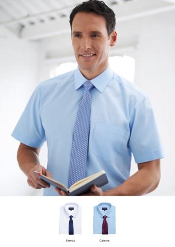Herren Kurzarmhemd mit klassischem Passform-Schnitt. Polyester und Baumwollgewebe, mit dem charakteristischen leichten Eisen.