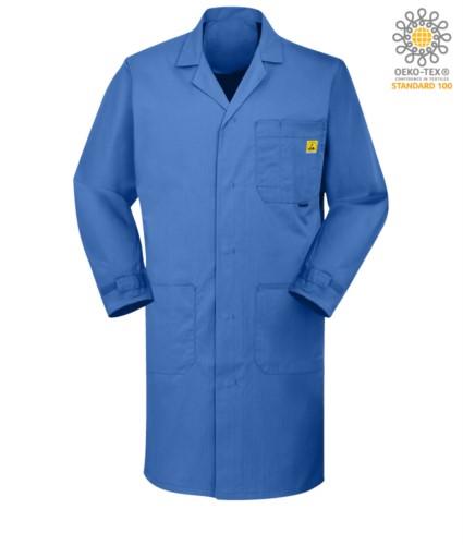 Antistatisches ESD-Shirt mit zwei Seitentaschen und einer Brusttasche, Knopfverschlüsse und verstellbare Manschetten mit Klettverschluss, zertifiziert nach EN 1149-5, EN 61340-5-1:2007, Farbe medizinisches Hellblau.