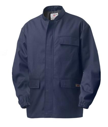 Multipro Jacke, elastisch am Handgelenk, verdeckter Reissverschluss, zwei Taschen und eine an der Tasche, koreanischer Kragen, Farbe blau, zertifiziert nach EN 11611, EN 1149-5, EN 13034, CEI EN 61482-1-2:2008, EN 11612:2009