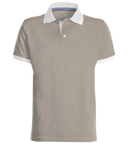 Zweifarbiges Poloshirt aus Baumwolle mit kontrastfarbenem Kragen und Aermelboden, Farbe hellgrau.